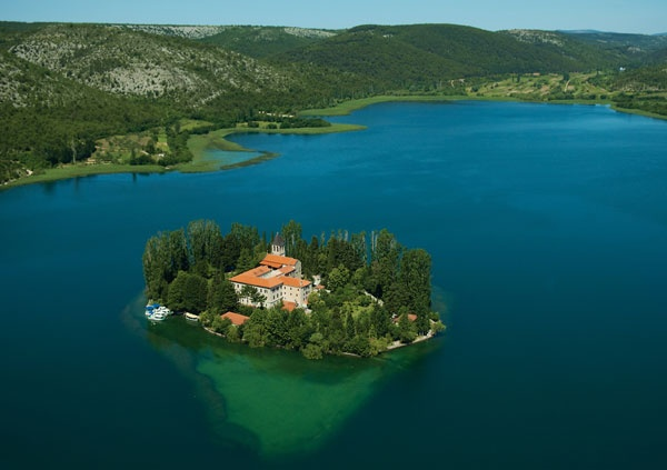 https://croatiareviews.com/media/reviews/photos/original/f7/0f/ce/367-lake-prokljan-46-1435247194.jpg