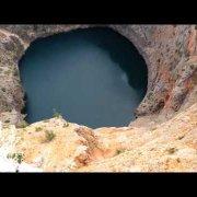 Crveno jezero-bacanje kamenja
